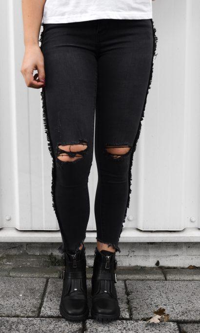 Damaged ruffle jeans